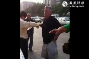 Photo: Foreigner smacked, de-shirted in altercation with Beijing cabbie