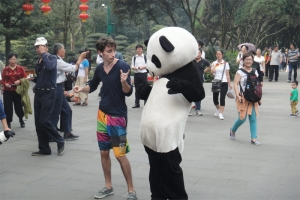 Photo: Guy dances across China in 100 days, goes viral